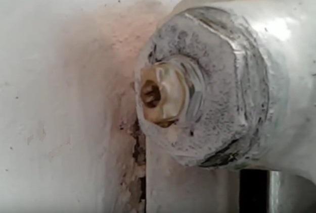 Кран Маевского на чугунном радиаторе